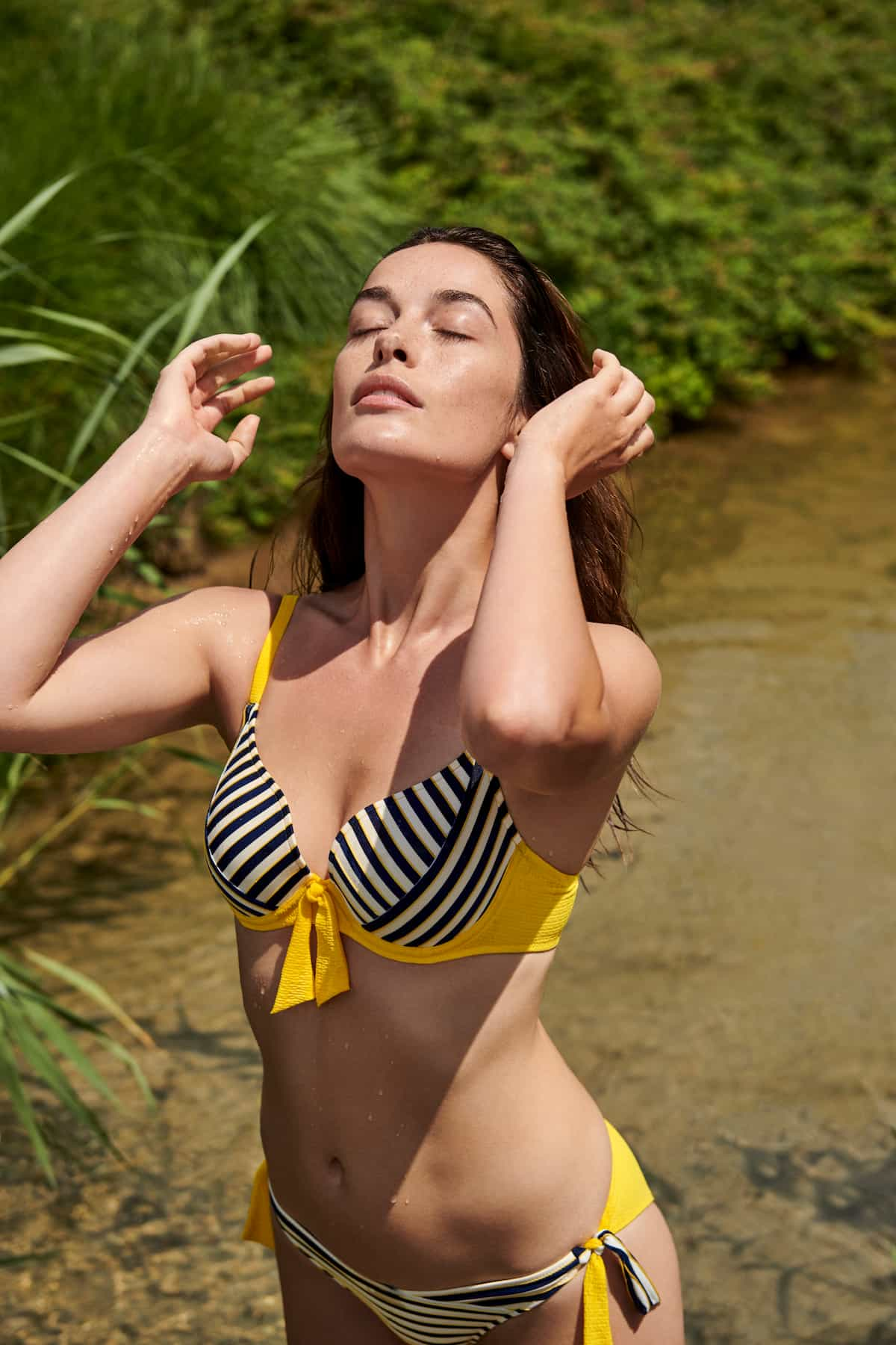 Sommermode 2021 von Marie Jo Swim - Bikini mit maritimen Streifen kombiniert mit der Modefarbe Gelb (Modell Manuela)