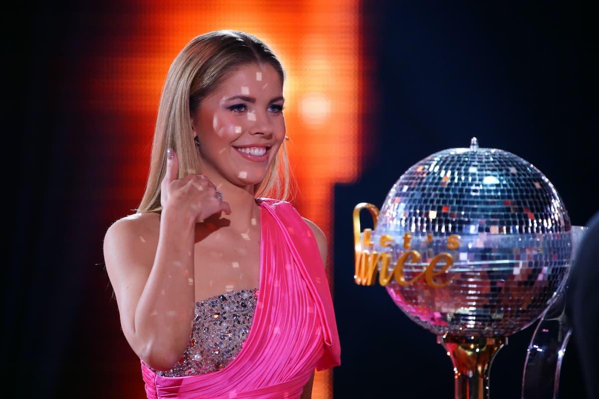 Victoria Swarovski mit dem Sieger-Pokal im Finale Let's dance am 28.5.2021