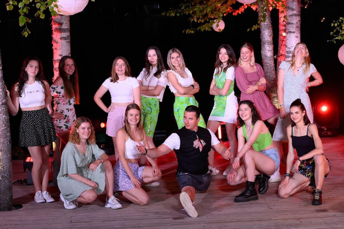 Andreas Gabalier mit Tänzerinnen beim Schlager-Countdown am 5.6.2021