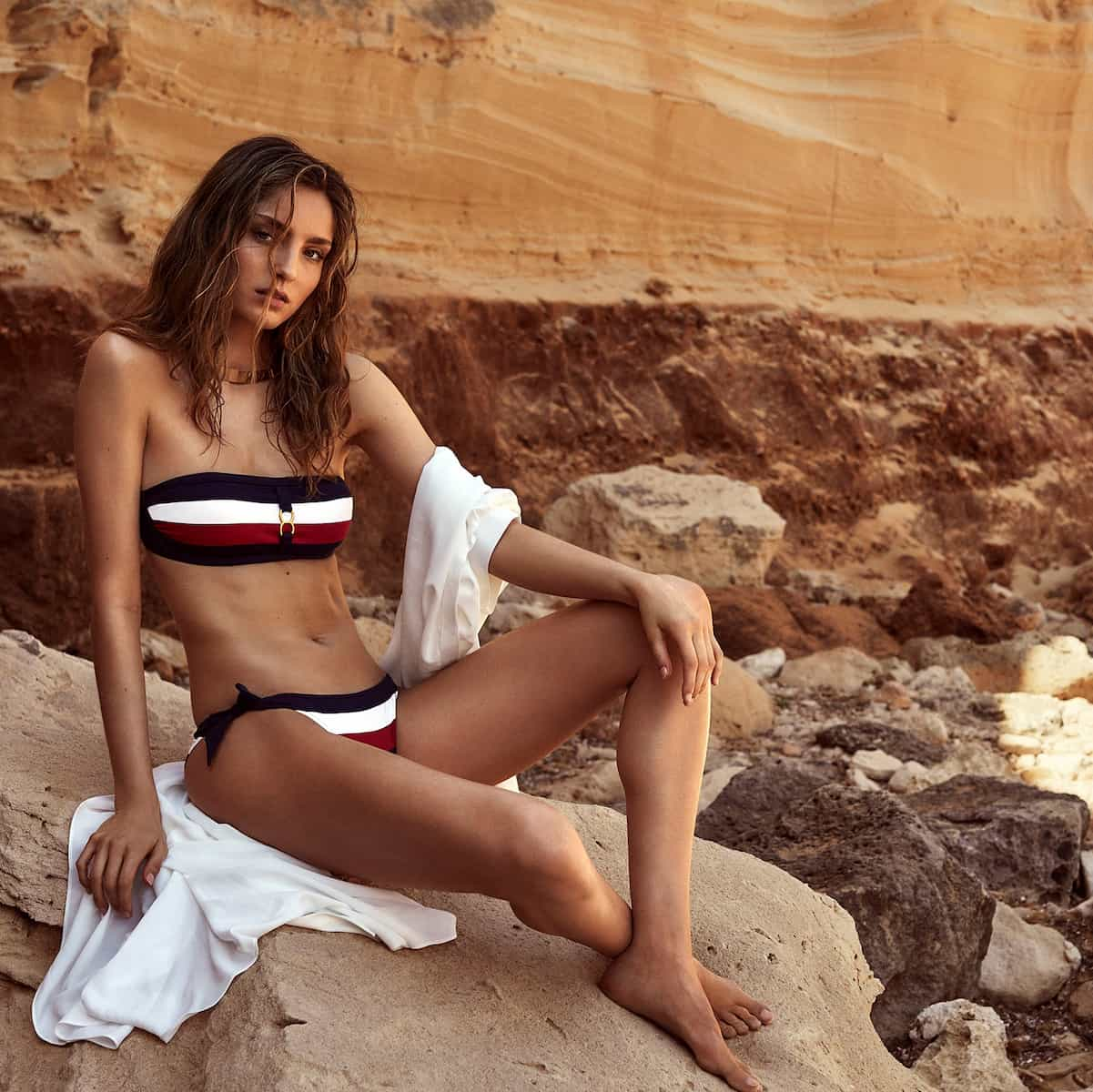 Mode Sommer 2021 - gestreifter Bikini Modell Megan von Andres Sarda Barcelona