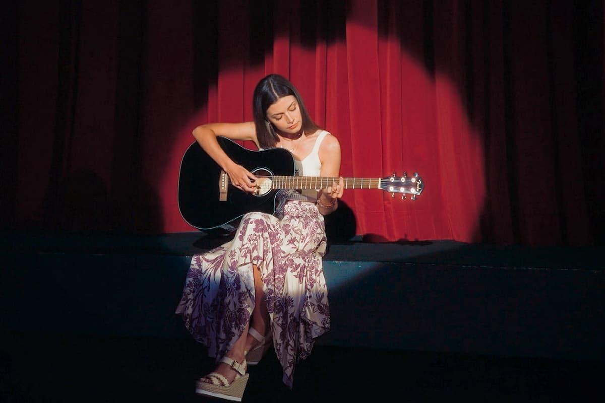 Bachelorette Maxim Herbord spielt Gitarre in der 2. Folge Bachelorette am 21.7.2021