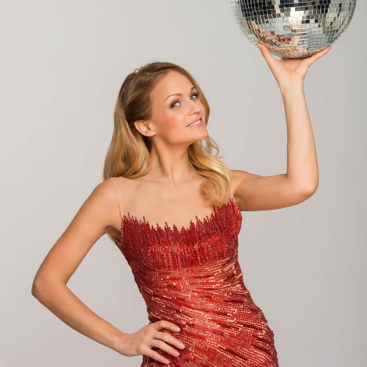 Mirjam Weichselbraun bei den Dancing Stars 2021 wieder als Moderatorin dabei