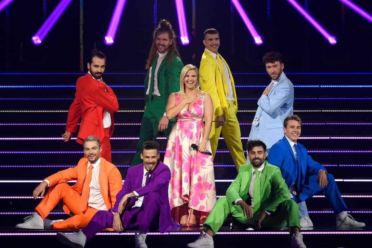 Beatrice Egli mit Tänzern bei der Schlager-Challenge am 4.9.2021