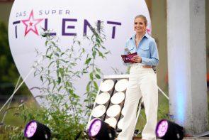 Supertalent 2021 Tickets für die Halbfinale kaufen - hier im Bild Supertalent-Moderatorin Lola Weippert